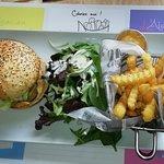 Menu avec burger, frites, salade.