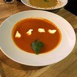 Krem z pomidorów z kwaśną śmietaną i bazylią