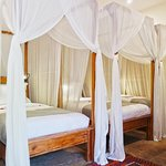 Deluxe Share/Family Room (4 x single beds).