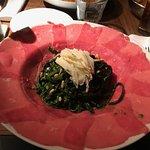 Zwarte tagliatelle met huisgemaakte pesto , pijnboompitten en rundscarpaccio