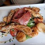 Salade terre mer : gambas, noix de Saint Jacques, jambon de pays