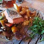 grilovany losos so zeleninkou, opekané zemiaky