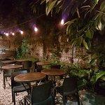 Patio con jardín para noches de verano.-