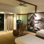 Grande chambre très joliement décorée