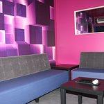 BOX 2 - 6 personnes, service de boissons et amuse-bouche en salle, équipement professionnel, porte manteau, table basse.