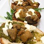 Bruschette dello chef: crema di basilico, provola e funghi porcini.