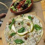 ピザと付属のサラダ