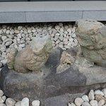 松尾神社の狛犬。阪神淡路大震災で台石から落ちて破損してしまったものをここに置いてあるそうです。