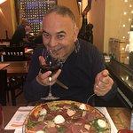 Pizza gustosa e vino eccellente!