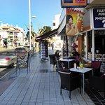 Vid stora gatan genom Albir
