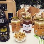 Variedades de miel orgánica local Mieles del Este, granola artesanal, y Cerveza artesanal Ruca