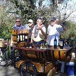 Los turistas degustan nuestros vinos y eligen si se llevan una botella para disfrutar en otro momento o se toman una copa disfrutando el paisaje de Salta desde la Cima del Cerro San Bernardo.