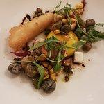 Poulpe confit puis snacké, tentacule en tempura, crémeux et épis de maïs doux, croquettes de câpres huile d'olive vierge