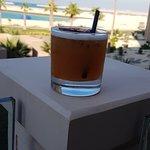 مشروب منعش مع إطلالة جميلة على البحر