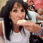 comiendo pita con humus