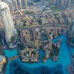 Blick auf die Mall (links), Souk Al Bahar (Mitte) und Dubai Fountain