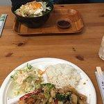 Chicken teriyaki z ryżem i sałatką.