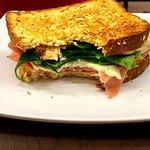 Sándwich Franz Kafka - Pan Multigrano con queso panela, jamón de pavo y espinacas. Una opción ligera en el menú
