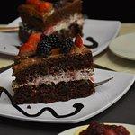 Pastel Bruce - Rebanada de pastel de Chocolate con centro de queso crema y frutos rojos