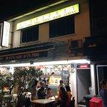外観です。並びに複数のレストランがあります。入口のカウンターで食べたい料理を選びます。