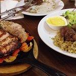 בשר טרי ורך, עשוי נהדר! הקבאב על מקל קינמון יושב על מצע של פריקה טעים. הסטייק עסיסי וטעים, גם הי