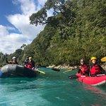 Aquí algunos en balsa y otros en kayak bajando por río Puelo