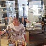 Une vue des cuisines depuis l'intérieur du restaurant .. pas le droit à l'erreur quand on est exposé en vitrine !?!