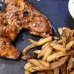Activando la hora de la comida... ¡Prueba nuestra pechuga de pollo campero marinado con salsa barbacoa, con patatas fritas caseras y ensalada! Así si...😋😍 ⭐⭐⭐⭐⭐⭐⭐⭐⭐⭐⭐⭐⭐⭐