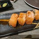 Uramakis de salmón flameados, riquísimos.