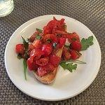 Bruschetta mit Kirschtomaten und Ruccola