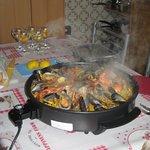 Le wok est prêté contre une caution de 50€. Les aliments sont précuits. La recette est claire et