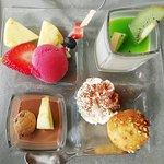 farandole de dessert (crème choco, fruits frais, sorbet framboise, pana-cota coco et coulis kiwi