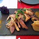Lombinho de porco com cogumelos e puré de maça e puré de batata doce roxa