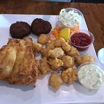 Delicious crab cakes, grouper and gator bites. Very lightly battered and a wonderful spot. Very fast service at lunch people are friendly and happy staff. The key lime pie was a great finish.