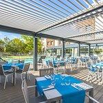 Terrasse pergola en bord de piscine du restaurant Black Angus