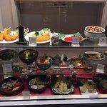 ショーケースがあり、どんな食べ物が提供されるのか確認できる。日本では普通のことです。ただ、日本では値段も確認できるので、もっと安心してお店に入ることができます。