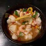 Ceviche de crevettes et pétoncles, marinade aux poivrons, oignons rouges, citron, coriandre, piment