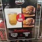 Promo combo de dos hamburguesas con un litro de bebida.