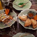 Vorspeisen: Satay Spieße und Curry-Teigtaschen