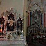 El Patrono San Patricio y la bandera irlandesa en el altar.