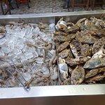 Это зона морепродуктов. Здесь можно выбрать креветки, маленькие лобстеры, разные ракушки, крабы, улитки, рыбу. Всё свежее. Обращаю внимание всех: если ракушки раскрытые, то это плохо, ни в коем случае не берите. Такое может быть.