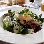 Sałatka z fetą, roszponką i radichio oraz jajkiem stanowi wspaniałą uwerturę przed daniem główny