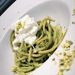 Spaghettone di farro fatto in casa con pesto di pistacchi e stracciata di burrata