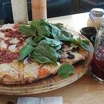 Pizza y limonada con moras