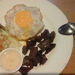 وجبة رز مع قطع ستيك لحم مع بيضة و سلطة