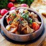 Оджахури — национальное грузинское блюдо, представляющее собой жареное мясо с картофелем. Готовится из разных видов мяса (говядины, свинины и даже из курицы), картофеля, специй, традиционно подается на кеци. Хотите попробовать ? Ждём вас каждый день в @snowtime.bar
