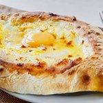 Хачапури по аджарски — грузинское национальное мучное изделие, открытый пирожок с начинкой из сыра и яйца. 😋Это бесподобно😍