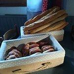 pains au chocolat, croissant, pain