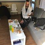 במתחם הספונת והשולחן מאיקיאה , יש גם שולחן קטן עם שני כסאות למי שרוצה לאכול בישיבה על שולחן