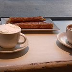 Chocolate suizo, churros y chocolate a la taza